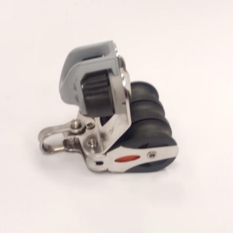 Trojkladka se zásekem RF30322 Triple block, cleat, 2-axis shackle head